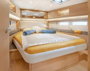 The owner's cabin in the bow of the new Dufour 530 sailing yacht is not only spacious, but also light and airy thanks to the many hull and deck windows. The wide double bed can also be accessed from the side and the cabin offers the necessary storage space.