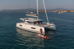 On the foredeck of the sailing catamaran Fountaine Pajot Isla 40 is a 3 m wide relaxation zone for pure pleasure in the bays of the Balearic Islands.