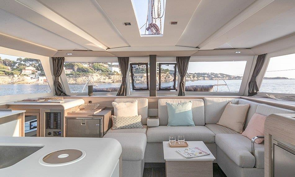 The bright salon of the sailing catamaran Fountaine Pajot Isla 40 combines a well thought-out kitchen with a stylish sofa corner.