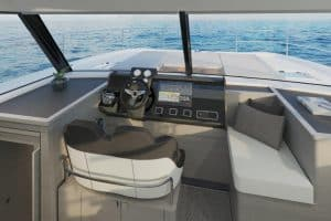 Thanks to the panoramic view, the steering position of the Fountaine Pajot MY4.S motor yacht is very clear. The boat is easy to handle from here.