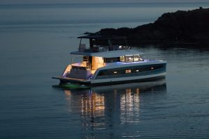 The lighting concept of the Fountaine Pajot MY6 motor yacht lets the boat shine at night time and conjures up a special atmosphere everywhere.