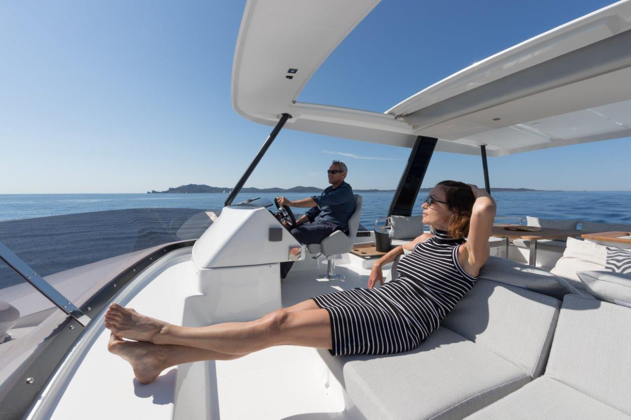 The flybridge of the motor yacht Fountaine Pajot MY6 is equipped with a hard bimini and an electric sunroof in in its forward section.
