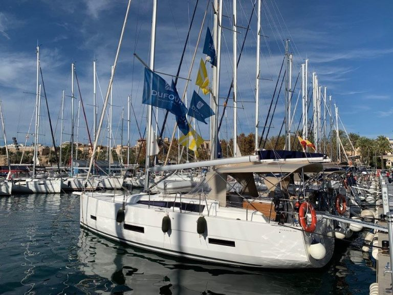 The new Dufour 390 offers high performance sailing, great chilling areas and ensures wonderful moments on board this tremendous sailboat.